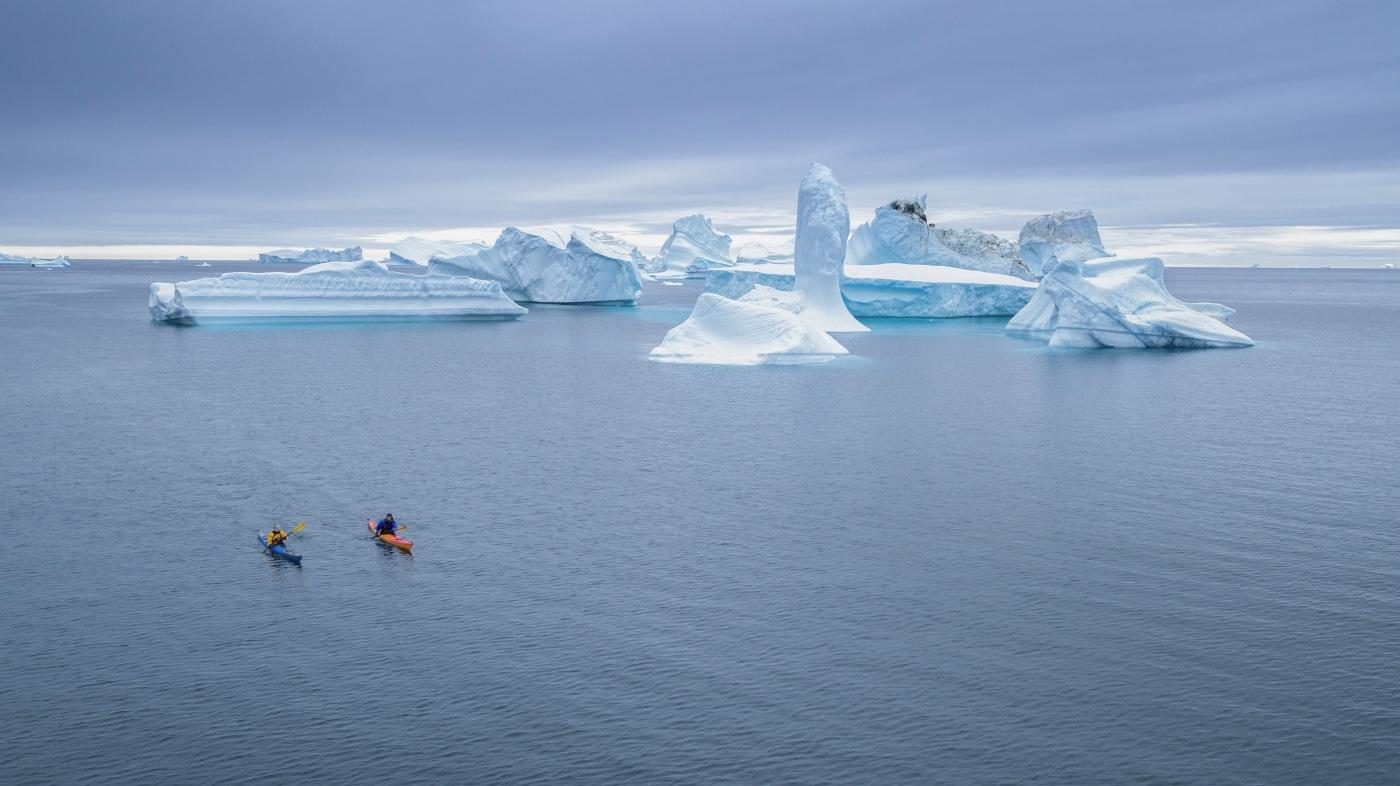 Kajakroning mellem isbjerge. Foto Henrik Kaarsholm – Hotel Disko Island, Visit Greenland