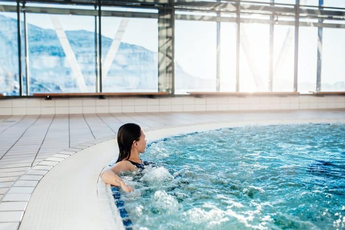 Woman relaxing in the bubble bath in the indoor swimming pool Malik in Nuuk in Greenland. Photo by Rebecca Gustafsson