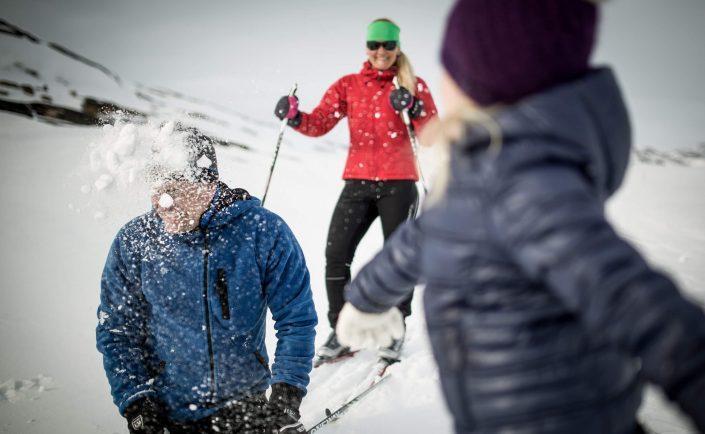 Nygifte kaster snebolde i hinanden på et fjeld nær Sisimiut. Photo by Mads Pihl
