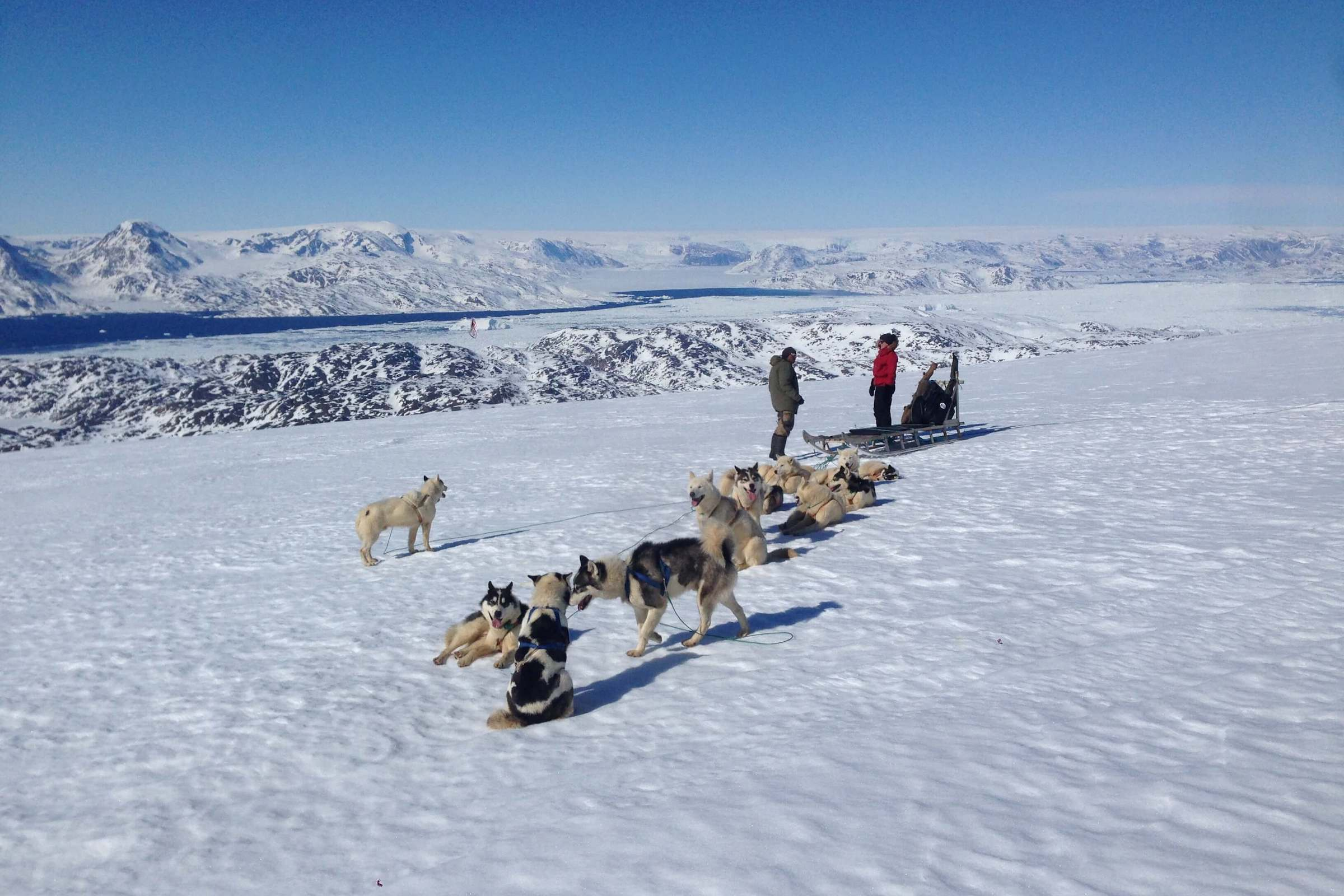 Two people taking a rest on the dogsledding tour in winter. Photo by Line Kristiansen
