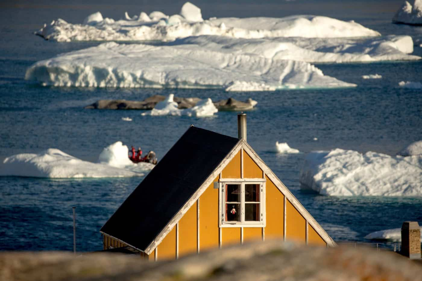 A house and icebergs in Ukkusissat in Greenland. Photo by Mads Pihl