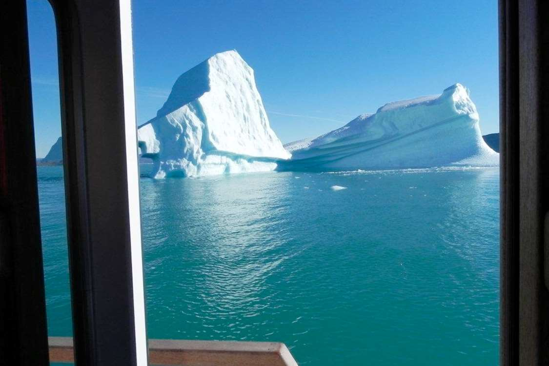 View of iceberg in Nuuk Fjord, Capital Region. Photo by Asimut Tours and CampHytten Amaroq from outside. Photo by Asimut Tours and Camp