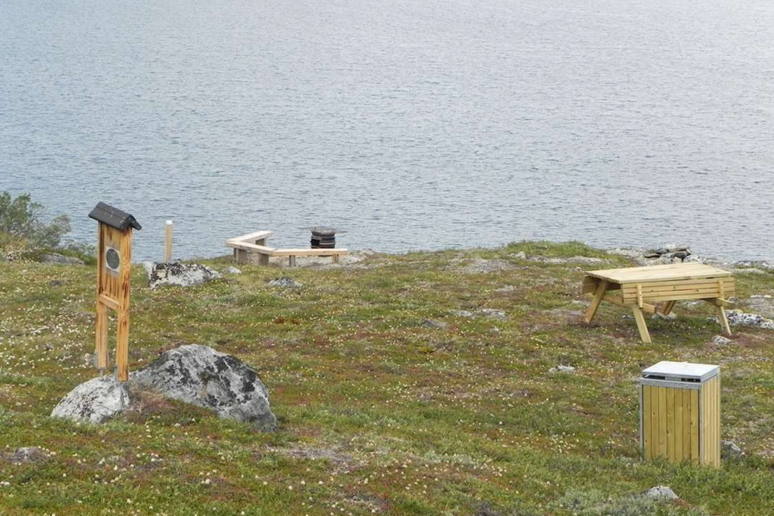 Bench and viewpost area in Kapisillit. Photo by Asimut Tours and CampHytten Amaroq from outside. Photo by Asimut Tours and Camp