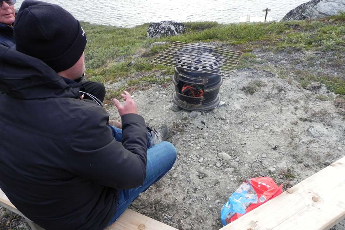 Tourist and guide using a homemade grill in Kapisillit, close to Nuuk. Photo by Asimut Tours and CampHytten Amaroq from outside. Photo by Asimut Tours and Camp