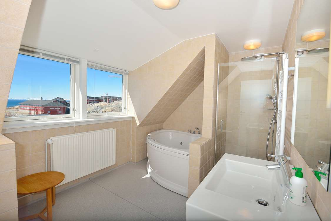 Bathroom with hot tub in Ilulissat. Photo by Hotel Avannaa