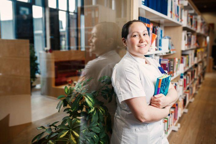 Portrait of the greenlandic nurse student Najaaraq Rosing in the library of her school. Photo by Rebecca Gustafsson
