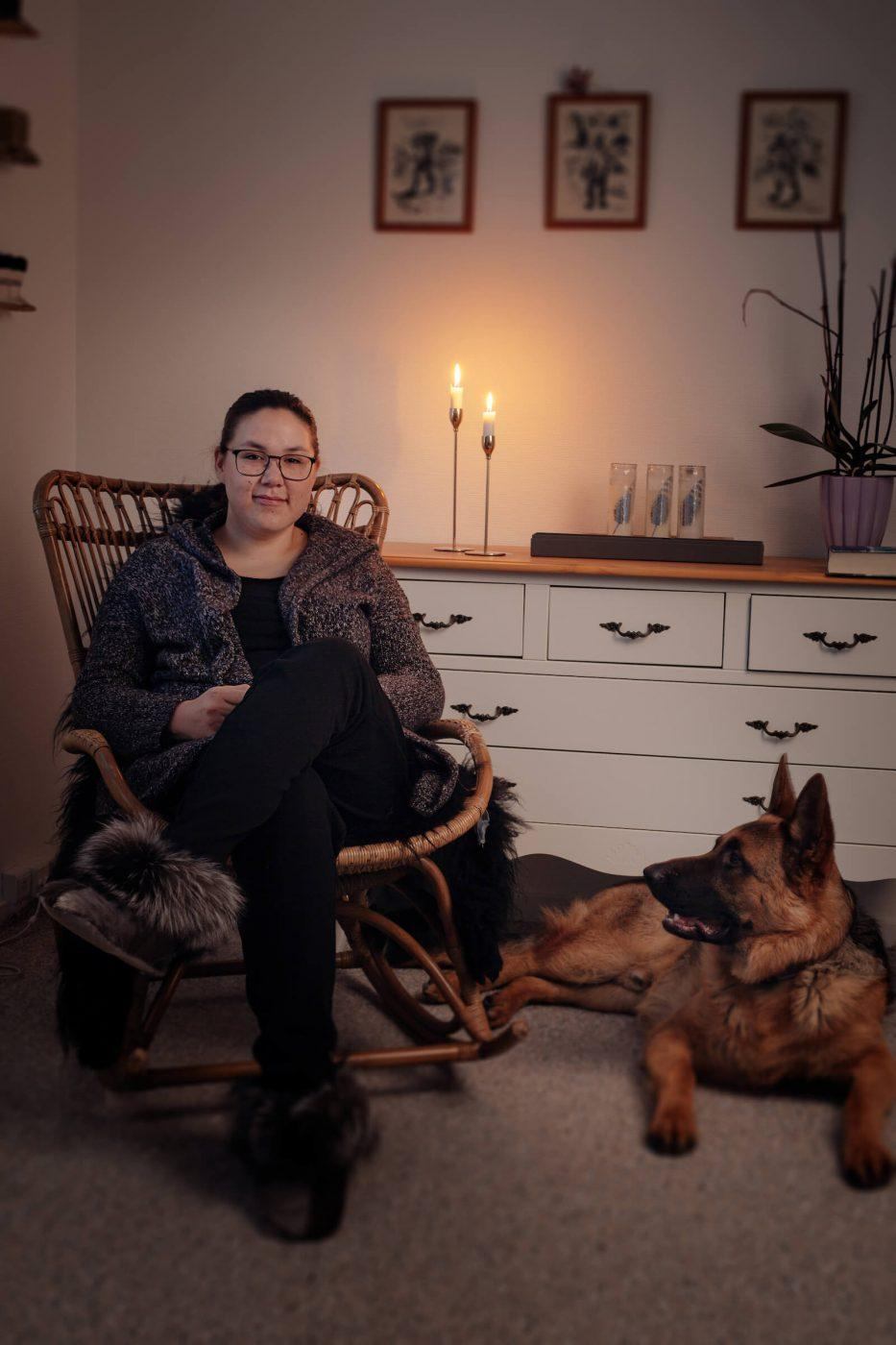 Portrait of the greenlandic writer Niviaq Korneliussen in her home with her dog. Photo by Rebecca Gustafsson