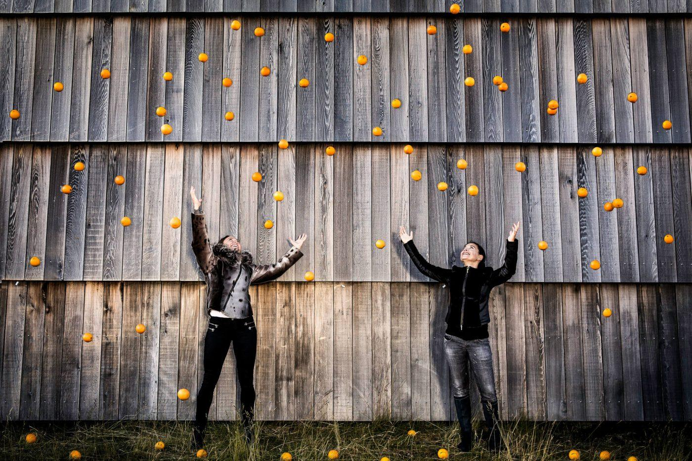 Two women with oranges at University of Greenland, by Mads Pihl