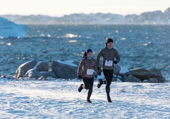 Runners running in snowy Greenland. By Bo Kristensen