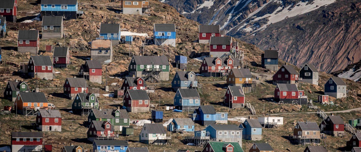 Houses on the hillside in Upernavik in Greenland. Photo by Mads Pihl.
