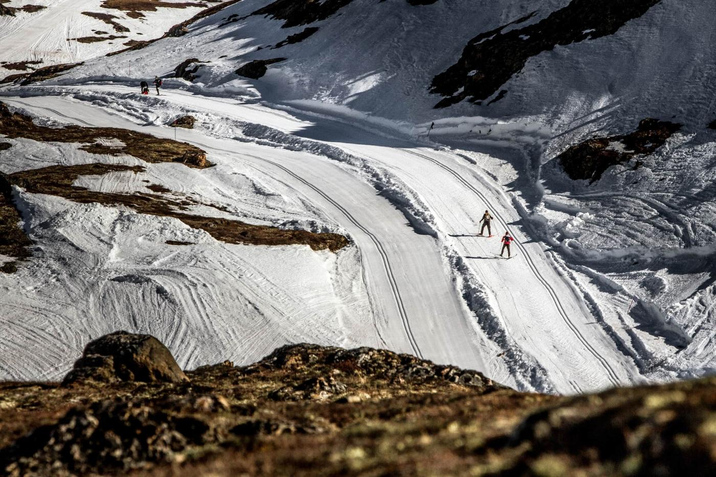 Skiiers seen from above in Arctic Circle Race