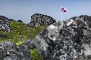 Erfalasorput - Greenland's flag on a sunny day in South Greenland among rocks and flowers. Photo by Mads Pihl - Visit Greenland