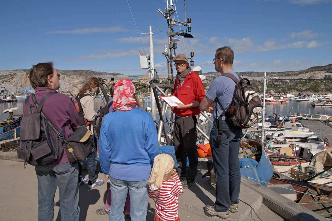 ourists on a guided sightseeing tour . Photo by Thomas Eltorp, Visit Greenland
