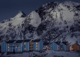 A part of the Kussangasoq neighbourhood in Sisimiut with the mountain Nasaasaaq in the background, by Mads Pihl
