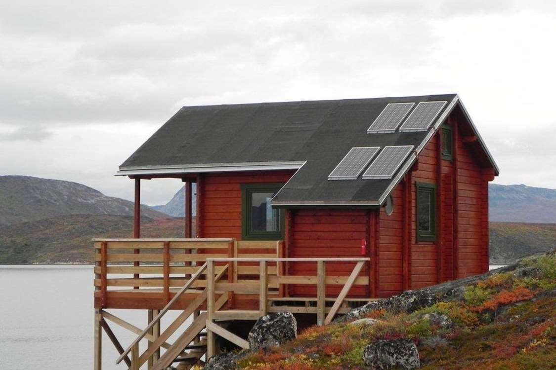 Red hut with solar panels in Kapisillit. Photo by Asimut Tours and CampHytten Amaroq from outside. Photo by Asimut Tours and Camp