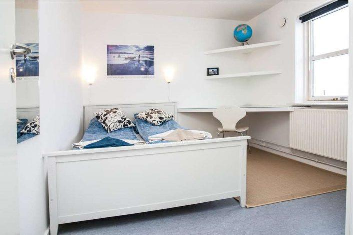 Bedroom with double bed and study area. Bed & Breakfast Paa and Jannik
