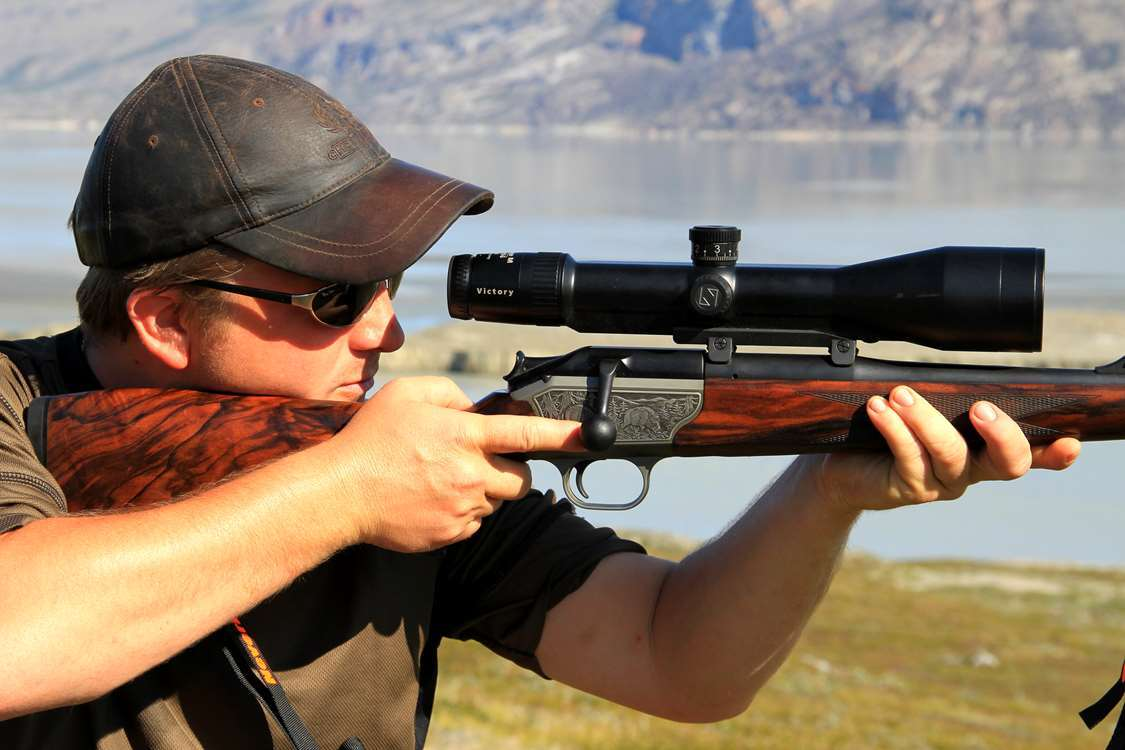 Hunter aiming with hunting rifle in Greenland. Photo by Major Hunting