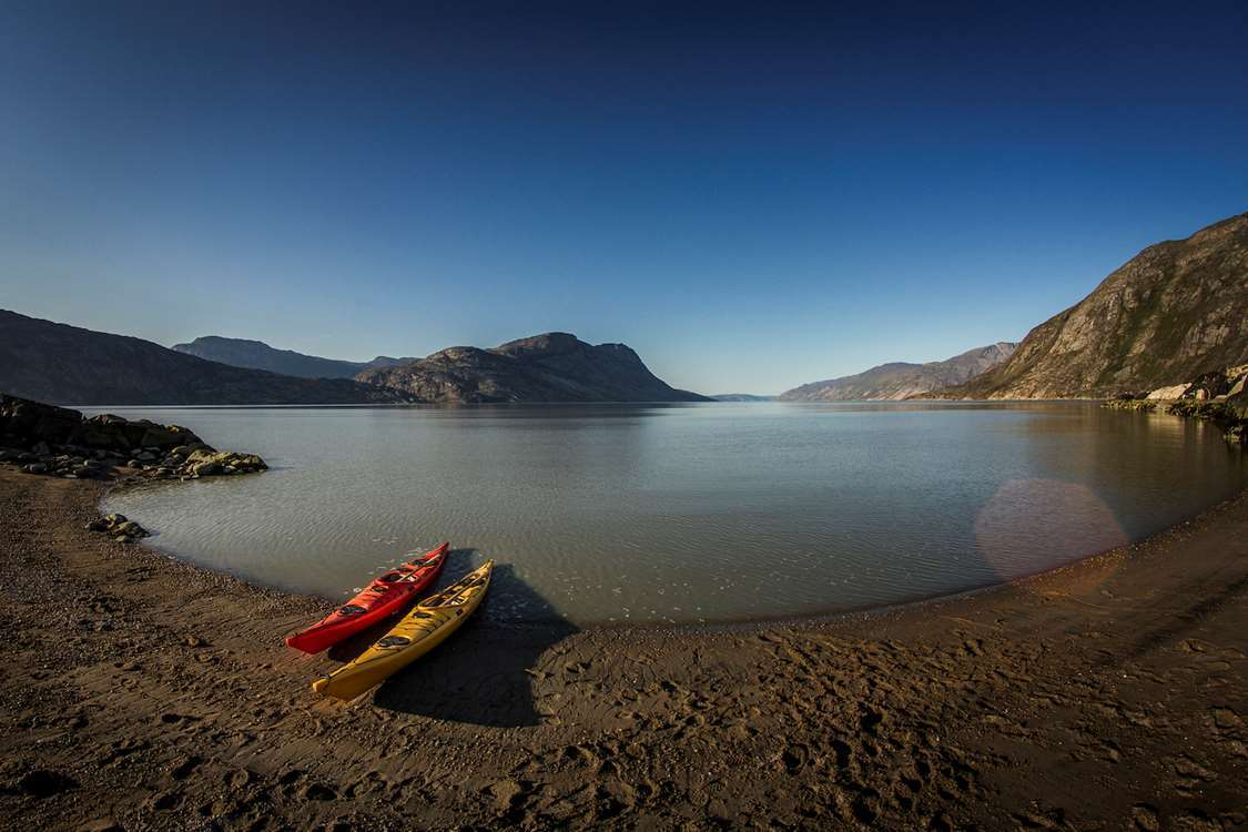Two kayaks by the beach shore in an area close to Kangerlussuaq. Photo by Restaurant Roklubben