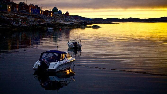 Aasiaat seaside at sunset. Photo by Magssannguaq Qujaukitsoq.