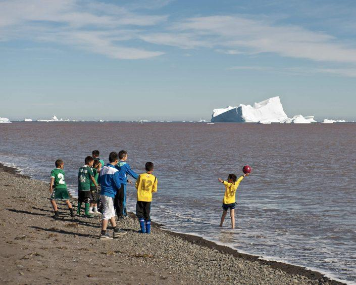 Kids playing on the beach, Qeqertarsuaq. Photo by Mads Pihl.