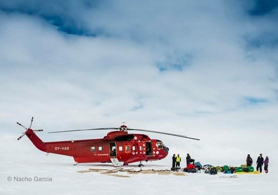 Air Greenland Helicopter on inland ice with passengers. By Nacho Garcia