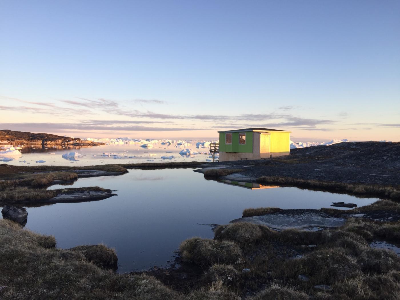 Sø og hytte - Photo by Ilulissat Guesthouse