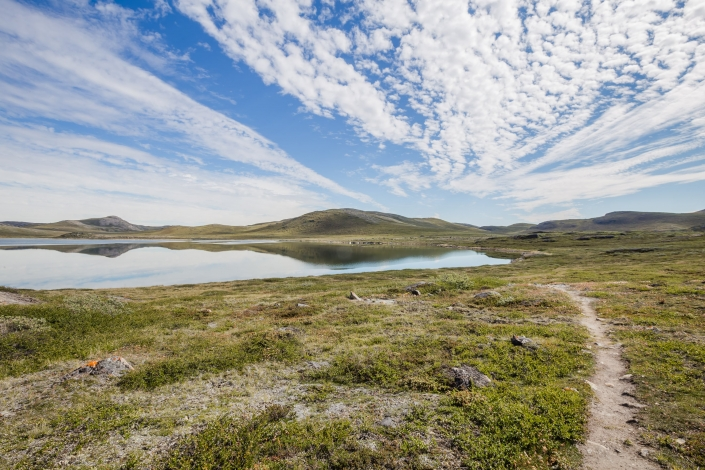 Well defined path near a lake on the Arctic Circle Trail. Photo by Lina Stock