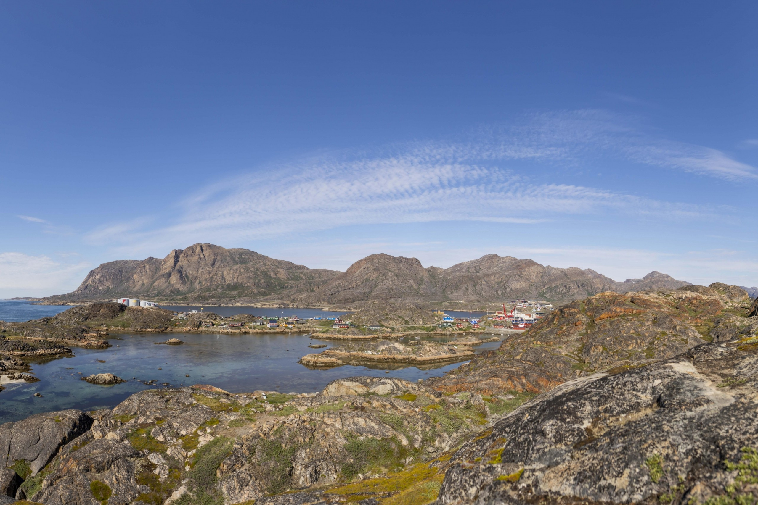 Colourful Houses View 2 in Sisimiut. Photo by Aningaaq R Carlsen - Visit Greenland
