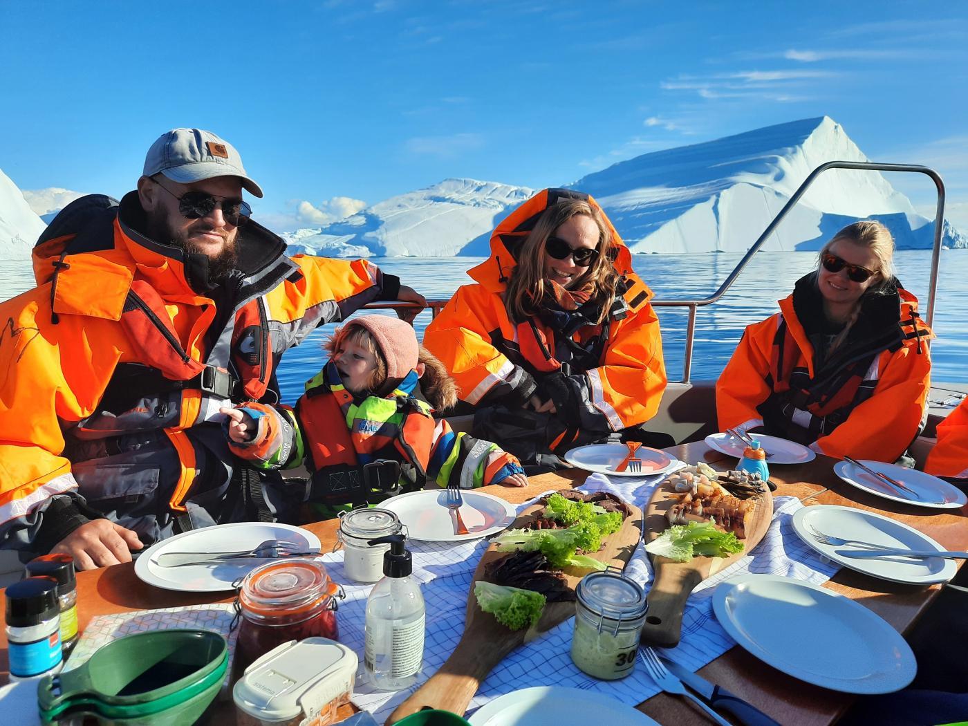 Nuumit frokost på isfjorden. Photo by Ilulissat Adventure