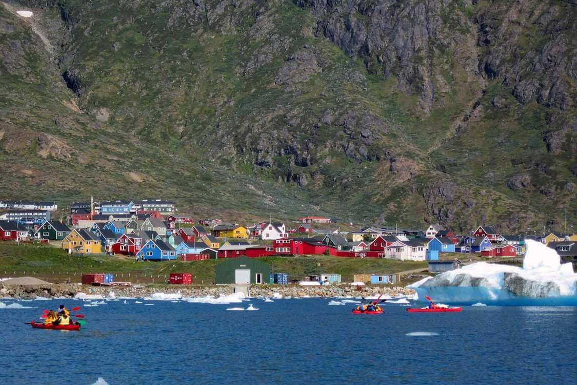 People kayaking along the coast of Narsaq. Photo by Tasermiut South Greenland Expeditions, Visit Greenland
